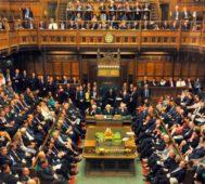 El Parlamento británico acorrala al primer ministro