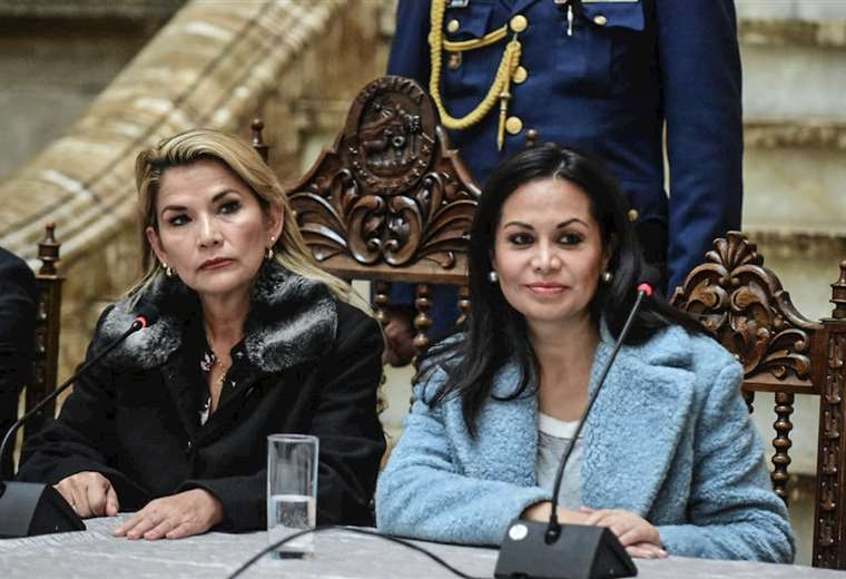 Renuncia de ministra sacude al golpismo boliviano