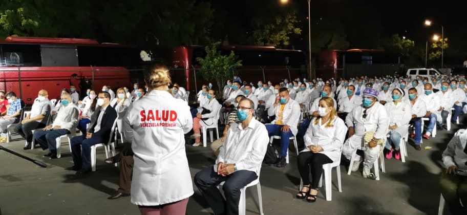 Venezuela recibe y condecora a más médicos cubanos