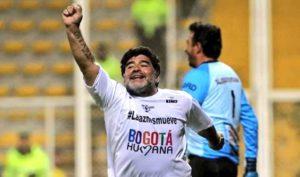 Diego Maradona festejando