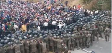 Policía de Guatemala reprime grupo de la caravana migrante