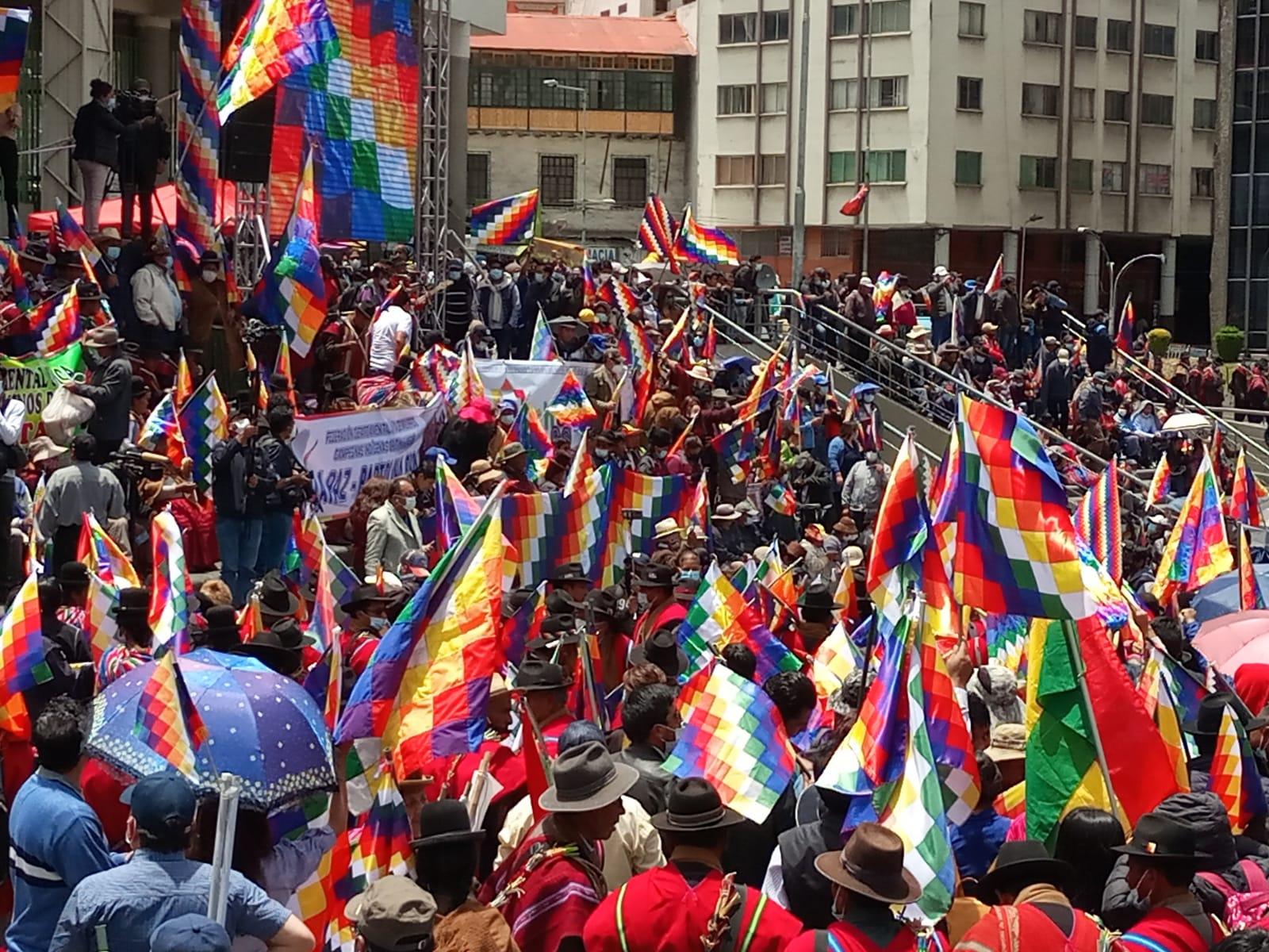 Bolivia: marchas y whipalazo contra el golpismo latente
