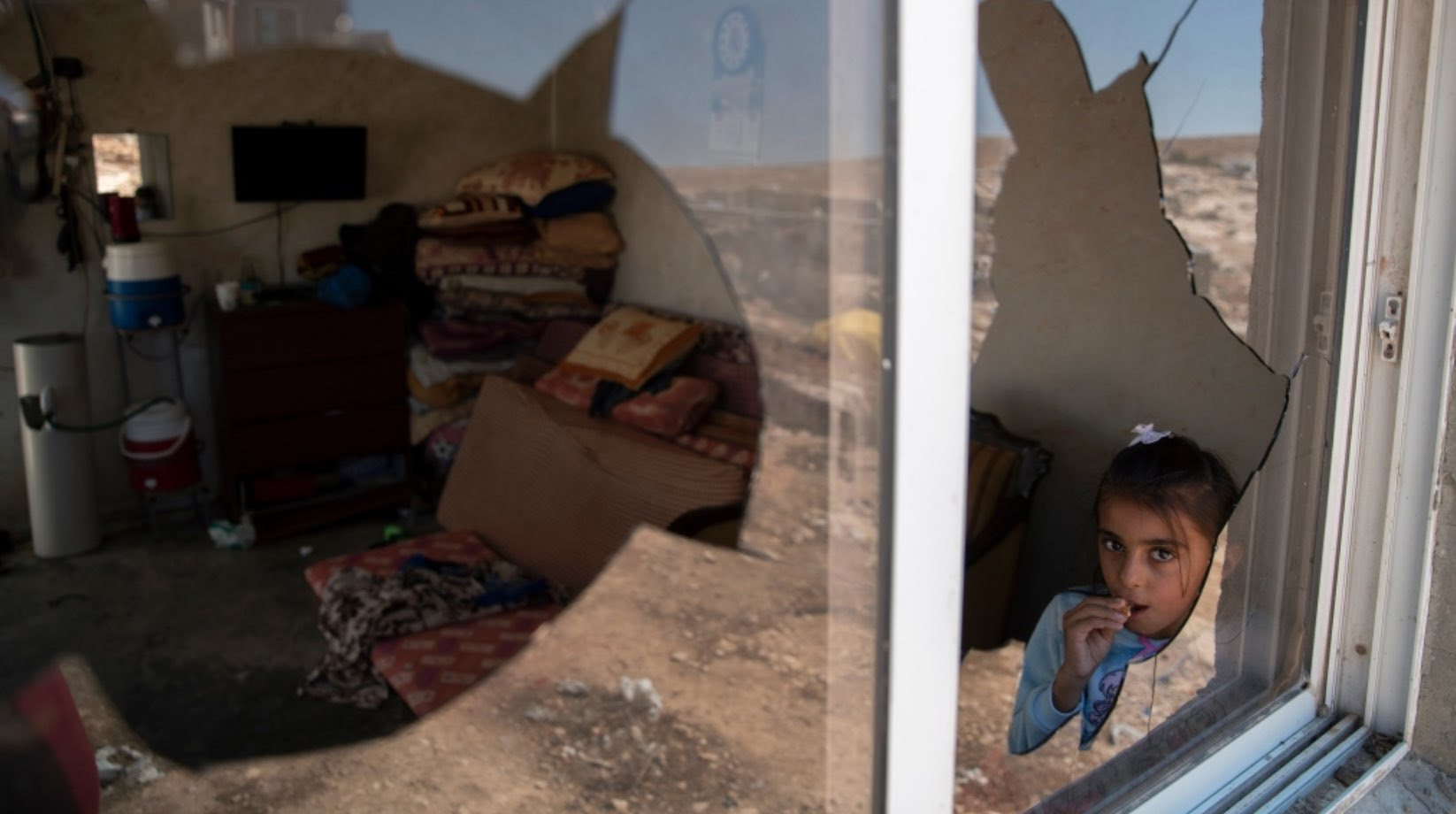 Llegaron riéndose, cargados con piedras… – Por UNRWA